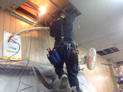 エアコンの天井配管作業